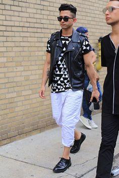 ノースリーブライダース×幾何学柄Tシャツ×七分丈パンツ×ダービーシューズ