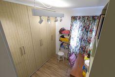 Decora Rosenbaum Temporada 2 - Closet. Cortina florida. Papel de parede palha. Pino vinílico. Foto: Felipe Felco Valle
