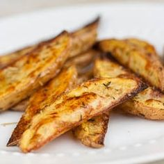 Crispy Potato Wedges-cut small potatoes into 6 large ones into 8 Olive oil salt pepper garlic powder Preheat baking sheet Bake at 450 for minutes Yum Crispy Potato Wedges, Crispy Potatoes, Roasted Potatoes, Russet Potatoes, I Love Food, Good Food, Yummy Food, Potato Dishes, Side Dish Recipes