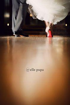 同じ足元の写真でも、こちらは上品な写真ですね。とびきりのウェディングシューズを用意している花嫁さんにぜひ撮ってもらいたいアイディアです。