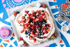 Pavlova with strawberries, blueberries and blackberries.   //Ruokahommia