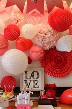 Lampions et lanternes rouge et rose pour décorer un buffet