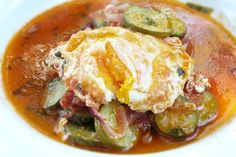 Geschmorte Zucchini und Tomaten mit pochiertem Ei