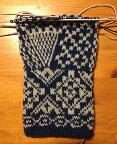 A beautiful way to increase for the thumb Fair Isle Knitting, Knitting Socks, Hand Knitting, Knitting Patterns, Crochet Mittens, Knitted Gloves, Knit Crochet, Wrist Warmers, Hand Warmers