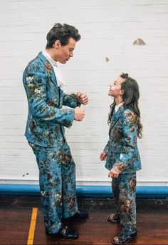 Harry and co-star Beau Gadsdon are wearing matching custom Gucci suits in his music video for Kiwi. Harry also wore this floral printed suit for his show at the Greek Theatre in Los Angeles earlier. Harry Styles Baby, Harry Edward Styles, Harry Styles Eyes, Harry Styles Fotos, Harry Styles Mode, Harry Styles Pictures, Liam Payne, Louis Tomlinson, Style Selena Gomez