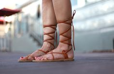 Sandalias gladiadoras, el calzado estrella de esta temporada primavera-verano 2015.   Descubre cómo llevarlas en Cocktail de Mariposas.