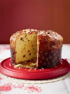 Panettone is a type of sweet Italian bread bursting with vanilla, citrus and candied fruit. It& traditionally eaten around Christmas and New Year. Italian Christmas Cake, Christmas Baking, Christmas Recipes, Christmas Desserts, Christmas Treats, Christmas Time, Panettone Rezept, Panettone Cake, Bread Recipes