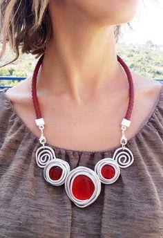 05598142b38f Cordón trenzado de este único y maravilloso collar de cuero de color rojo de  6 mm