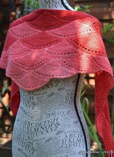 En accro du tricot modulaire, je ne pouvais pas rester plus longtemps sans  tricoter une version du châle Aranami de Olgajazzy, vous êtes d accord   e69068aacab