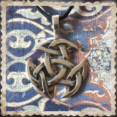 Der silberne keltische Knoten hat keinen Anfang und kein Ende und steht für die Ewigkeit. Der Anhänger kommt mit Lederband zu dir, zu bekommen in meinem Shop! (Auch in Bronze)