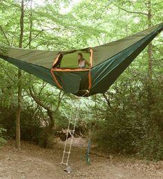 Kamp yaparken en önemli eşyalarımızdan bir tanesi elbette içinde yaşayacağımız çadırlar. Klasik çadırların yanı sıra biraz sıra dışı tasarımlara göz atacak olursak genelde yer ile temas halinde olmayan seçenekler dikkat çekmekte. Bir de araba şeklinde olan kamp çadırları da ilgi çekici görünüyor. Dış görüntüsü güzel olsa da elbette önemli olan iç konforu. Ancak basit ve yaratıcı bir çadır isteyenler için de bir kaç örneği ekledik. Tek kişilik hamak şeklindeki bu basit ancak amaca yönelik…