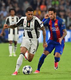 Juventus Defender from Brazil Dani Alves (L) vies with Barcelona's Brazilian forward Neymar during the UEFA Champions League quarter final first leg football match Juventus vs Barcelona, on April 11, 2017 at the Juventus stadium in Turin.  / AFP PHOTO / GIUSEPPE CACACE