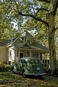 We love the retro style of this old home and car!