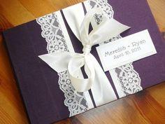 Faire-part de mariage violet avec détails en dentelle. - Photo: My Day Event Planning