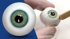 Hey everyone! This is a tutorial that has been requested a TON of times and it's finally here! Learn how to quickly and easily make realistic eyeballs with m. Polymer Clay Kunst, Polymer Clay Sculptures, Polymer Clay Dolls, Polymer Clay Projects, Polymer Clay Creations, Sculpture Clay, Polymer Clay Tutorials, Polymer Clay People, Wiedergeborene Babys