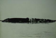 Duits vrachtschip de Goslar bijna geheel gezonken in de Surinamerivier.   Datum: 10 mei 1940 Locatie: Surinamerivier, Paramaribo, Suriname Vervaardiger:  Inv. Nr.: 29-33 Fotoarchief Stichting Surinaams Museum