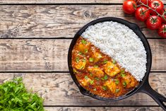 Stock photo - tikka masala traditional butter chicken spicy meat food and rice with tomatoes in cast iron skillet on vintage wooden background. Slimming World Chicken Recipes, Slimming World Recipes Syn Free, Chicken Curry Slimming World, Chicken Etouffee, Butter Chicken Curry, Yum Yum Chicken, Meat Recipes, Delicious Recipes, Easy Meals