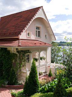 Kannustalon talomallistoon kuuluva Ainola on todellinen herkkupala suomalaisessa maamiljöössä. Siinä on jotain tuttua mummolan vanhasta mökistä, toisaalta se näyttää taas modernilta, mutta ennen kaikkea siinä on jotain pientä satumaista ja kiehtovaa.  Sopivassa ympäristössä Ainola on oikea luksuskoti. Talosta löytyy malleja aina 130 neliömetristä reiluun 170 neliön kokoisiin komistuksiin. Olisko tässä tuleva uusi kotisi tai kenties kesämökkisi? Tutustu tarkemmin Kannustalo -verkkosivuilla…