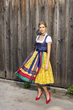 ab April     EDITIONS-Dirndl aus fließender Seide mit Ausseer Handdruck. Dirndlbluse aus Baumwolle mit angeschnittenem Stehkragen. Schürze aus handbedruckter Seide. Schnapsflascherl als Beigabe. Costumes Around The World, Dirndl Dress, Lederhosen, Soft Classic, Hold Ups, Cool Costumes, Couture, Midi Skirt, Beautiful Women