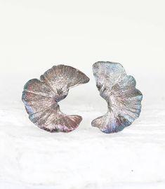 Material Silber, Länge 18 mm und Breite 15 mm, handgefertigte Einzelstücke vom echten Blatt, GINKGOBLATT OHRHÄNGER IN SILBER #silberschmuck #bohoschmuck #boho #handgefertigt #schmuck #einzelstück #schmuckliebe #blattschmuck #ginkgo #ginkgoblatt #goodrun #ohrstecker Ginkgo, Bronze, Material, Silver Stud Earrings, Handmade Jewelry, Handmade Jewellery, Online Shopping, Boho Jewelry, Special Gifts