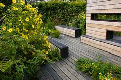 Contemporary garden with two-tone wooden walls by KarlGercens.com GARDEN LECTURES