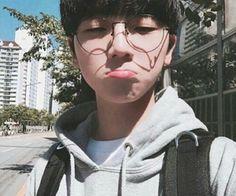 Cute ulzzang boy pouting glasses Korean Fashion - p ↠ homme - Info Korea Cute Asian Guys, Cute Korean Boys, Asian Boys, Asian Men, Cute Guys, Korean Boys Ulzzang, Ulzzang Couple, Korean Men, Ulzzang Girl