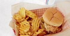 Just like our favorite fast food restaurant, this almost famous chicken sandwich gets a delicious pickle brine. Taco Bell Recipes, Chicken Recipes, Restaurant Recipes, Dinner Recipes, Yummy Noodles, Oatmeal Cream Pies, Wrap Sandwiches, Healthy Sandwiches, Oatmeal Recipes