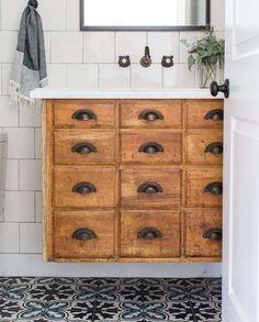 Idee per arredare il bagno in stile country - Mobile in legno antico per il bagno