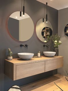 modern bathroom with floating vanity and twin sinks Modernes Badezimmer mit schwimmendem Waschtisch und zwei Waschbecken – Modern Bathroom Design, Bathroom Interior Design, Bathroom Designs, Interior Modern, Modern Bathroom Sink, Spa Interior, Bathroom Black, Boho Bathroom, Bathroom Double Sinks