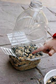 Voederbak voor vogels van plastic fles.