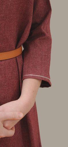 Abito medievale in lana con velo da donna pronto per la