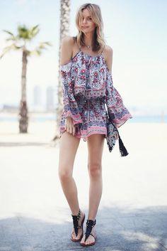 Look verão de Jessica Stein com macaquinho e rasteirinha.