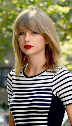 Taylor swift t.s taylor swift hair, taylor swift style ve lo Taylor Swift Hot, Estilo Taylor Swift, Red Taylor, Taylor Swift Style, Taylor Swift Bangs, Taylor Swift Red Lipstick, Taylor Swift 2017, Taylor Swift Fashion, Taylor Swift Makeup