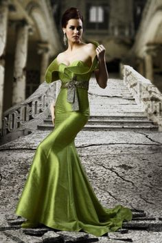 Glamour looks eloquent but seldom talks. Couture Mode, Couture Fashion, Vestidos Red Carpet, Evening Dresses, Prom Dresses, Formal Dresses, Beautiful Gowns, Beautiful Outfits, Mode Glamour