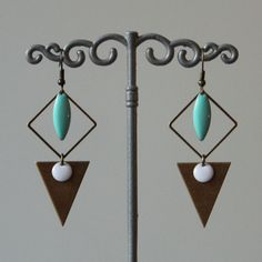 boucles d'oreilles bronze, sequins émaillés vert clair, blanc : Boucles d'oreille par mystee-creations