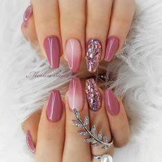 Double Tap If You Like This New Design! Pretty Natural Nails White Nails Design Sparkly Pink Nails Light Pink Glitter Nails Maroon Gold Nails Pink Nails With Glitters Glitter White Nails Pink And… Red Sparkly Nails, Maroon Nails, Pink Glitter Nails, Gold Nails, Acrylic Nails For Summer Glitter, Acrylic Nail Designs Glitter, Sexy Nail Art, White Nail Art, Sexy Nails