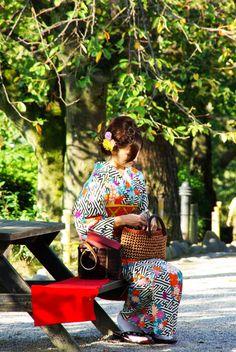 jeune femme japonaise portant le kimono