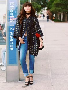 Natalie Suarez of Natalie Off Duty wears a printed kimono, skinny scarf, cuffed jeans, a chain-strap shoulder bag, and wedges Minimal Fashion, High Fashion, Minimal Style, Street Chic, Street Style, Natalie Off Duty, Fashion Outfits, Fashion Trends, Fashion Blogs