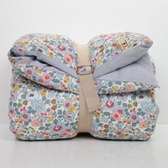 Baby quilt liberty betsy - Baby quilt in Liberty of London and washed linen - 59 euros Liberty Quilt, Liberty Betsy, Liberty Fabric, La Petite Collection, Lab, Frou Frou, Couture Sewing, Liberty Of London, Knitted Blankets