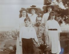 Emperor Nicholas II cercado por seus filhos, o Czarevich Alexei Nikolaevich e as Grand Duchesses Marie Nikolaevna, Olga Nikolaevna, Tatiana Nikolaevna e Anastasia Nikolaevna, em Peterhof, em 1912.
