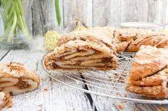 Zu Ostern ist Hefegebäck einfach ein Muss, deswegen habe ich mich dieses Jahr für einen leckeren Hefekranz mit Nuss-Eierlikör-Füllung entschieden. Das einfache Rezept findet ihr auf dem Foodblog von Cook and Bake with Andrea.