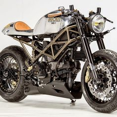 Andreas Fraefel of Motobene in Switzerland built and incredibly cool Ducati Monster Café Racer. Check out this beautiful custom Ducati Monster. Ducati Cafe Racer, Cafe Racers, Moto Ducati, Ducati Motorcycles, Cafe Bike, Cafe Racer Motorcycle, Motorcycle Design, Bike Design, Cafe Racer Bikes