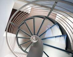 Scala a chiocciola con struttura in acciaio Piantone centrale elicoidale senza viti a vista Fascia avvolgente i gradini senza viti a vista. Alfa Scale