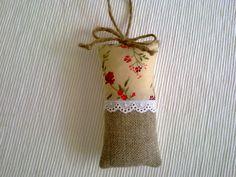 Mini cojin de lino y tela de flores.