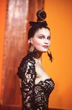Laetitia Casta au défilé Jean Paul Gaultier haute couture printemps-été 2000 http://www.vogue.fr/mode/cover-girls/diaporama/les-plus-beaux-looks-de-podium-de-laetitia-casta/7839/image/518485#jean-paul-gaultier