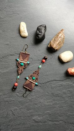 Earrings in macramé and gemstones: chrysocollas, reconstituted turquoise beads, genuine turquoise backed with sterling silver, coral orange, Garnet beads. Nickel free ear hook Made entirely by hand.