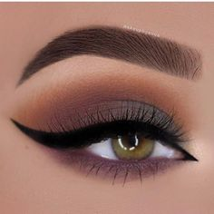 Eye Makeup - Are you looking for some fun new makeup looks for your gorgeous green eyes? Check out these hot makeup trends that will make your eyes sparkle and shine! - Ten Different Ways of Eye Makeup Eye Makeup Tips, Smokey Eye Makeup, Makeup Goals, Makeup Trends, Eyeshadow Makeup, Makeup Brushes, Makeup Ideas, Makeup Guide, Smoky Eye