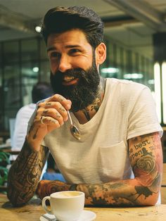 Hipster look is truly incomplete without the perfect beard. We are here with 5 bearded looks to compliment your hipster styles. Mode Hipster, Hipster Fashion, Mens Fashion, Hipster Beards, Hipster Style, Beard Styles For Men, Hair And Beard Styles, Hair Styles, Bart Design
