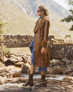 The Chloe Fall Winter 19 collection reaches new heights, with archetypal outerwear enveloping sensual dress silhouettes Discover new… Autumn Summer, Fall Winter, Timeless Fashion, High Fashion, Coat Of Many Colors, Dress Silhouette, Hippie Gypsy, Chloe, Chic Outfits