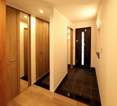 玄関は、家族用と来客用に分かれ、急な来客にでも玄関がきれいでいれるような間取りになっています。玄関框は、特注で製作した黒御影の石を使用しました。|デザイン|ナチュラル|シューズクローゼット|